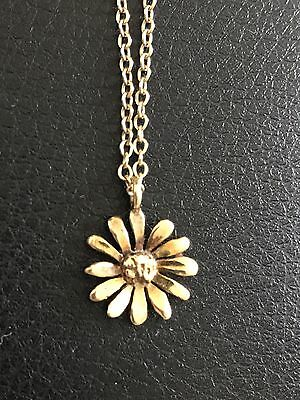 9ct Hallmarked yellow gold 16inch chain and flower pendant. Weighs 3.4 grams.