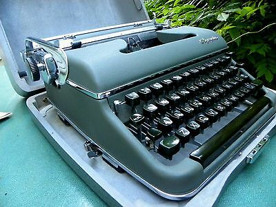 VINTAGE OYMPIA DELUXE TYPEWRITER SM3~olive green in grey steel case~GERMANY,KEY+