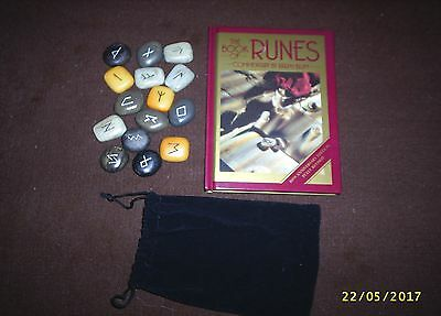 THE BOOK OF RUNES by Ralph Blum: WITH RUNIC STONES.