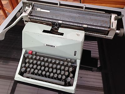 Typewriter - Olivetti 82 - Vintage Collectable