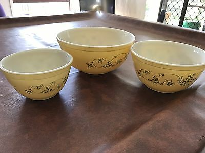 VINTAGE CORNING WARE SET OF THREE MIXING BOWLS  Made In USA
