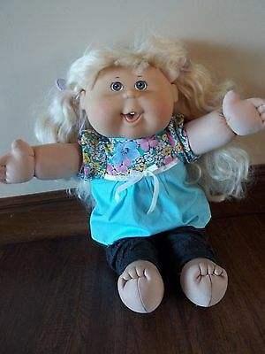 CABBAGE PATCH DOLL 2004 Play Along - Girl / long blonde hair / blue eyes / teeth
