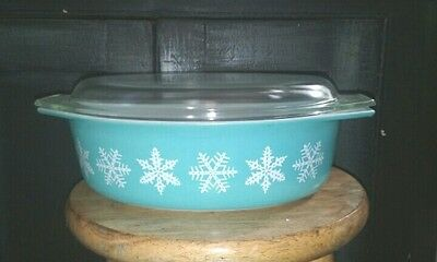 Pyrex Snow Flake  2 1/2qt Casserole Dish with lid