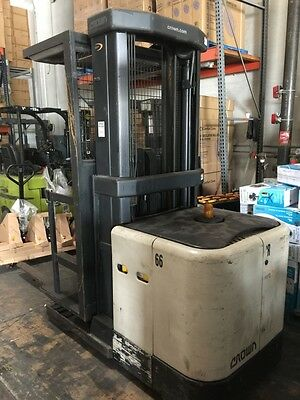 2004 Crown SP3220-30 3000 lbs 3 stage Electric Order Picker Forklift 90% BATTERY