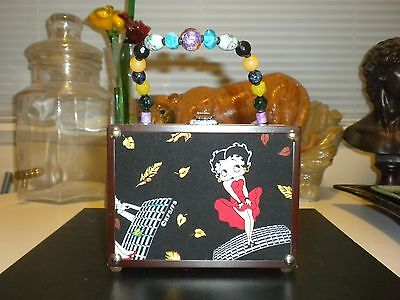 BRAND NEW BETTY BOOP WOODEN PURSE 6 1/2 x 5 x 3 1/4 INCHES NEVER USED EXCELLENT