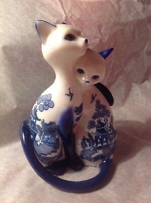 Blue Willow Cat figurine  0646-A  collectiiable!