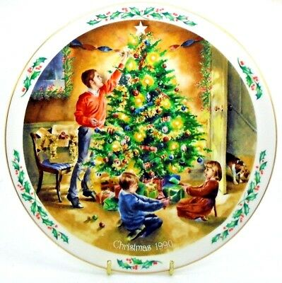 Royal Doulton CHRISTMAS PLATE 1990 ~ The Finishing Touch ~ Family Christmas