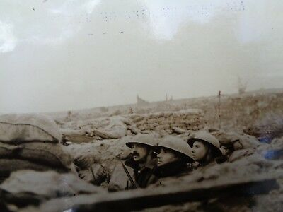 WW1 Official Press Photo - WESTERN FRONT - BRITISH SOLDIERS IN TRENCH UNDER FIRE