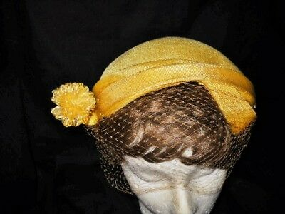 VINTAGE 1950s YELLOW HAT CLOSE FITTING UNEVEN EDGE W/ POMPOM & VEIL Wired Edge