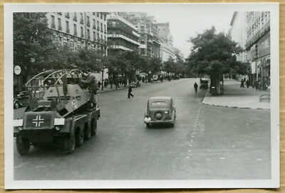 Photo WW2 VEHICULE BLINDE ALLEMAND RUE DE PARIS !