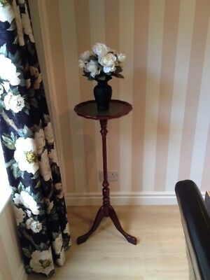Attractive reproduction mahogany plant stand in good condition