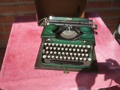 Vintage Royal Emerald Green  Manual Portable Typewriter with Original Case