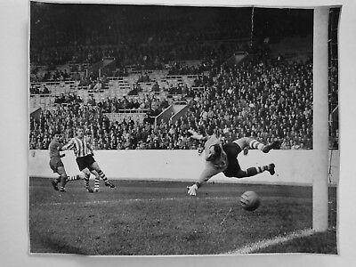 """Chelsea Vs Sheffield Wednesday early 1960's 15"""" x 12"""" Large Press Photo"""