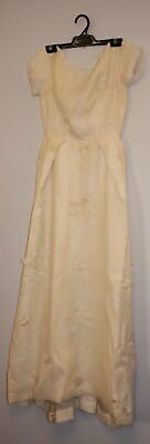 VERY SMALL ORIGINAL VINTAGE 1960s CREAM WEDDING DRESS.