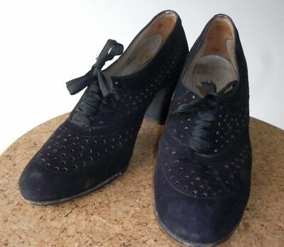 PRETTY VINTAGE RAYNE SHOES BLACK SUEDE LACE UP PERFORATED SIZE 5.5 HEELS 1940s