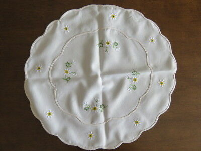 """Lot Of 2 Embroider Doilies - Daisies - 17"""" And 5"""" Diameter"""