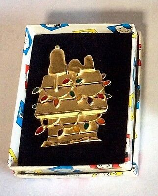 Vintage Peanuts SNOOPY Christmas Decorated House Gold Tone Jewelry Pin 1994 NEW!