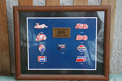 "9 Pepsi Cola Pins im Holzahmen ""The pepsi Logo Revolution "" 1898-1998 Retro"