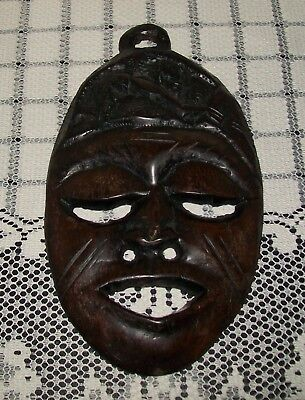SMALL, VINTAGE HAND CARVED WOOD TRIBAL ART MASK WALL HANGING 21cm long