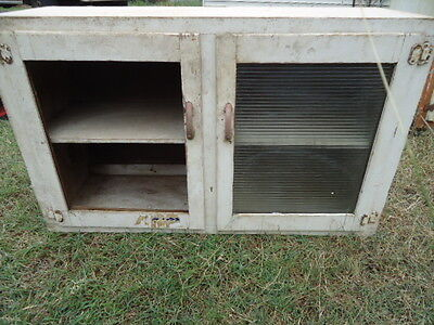 1 x VINTAGE PINE KITCHEN WALL CABINET WITH TEXTURED GLASS - ESTATE ITEM
