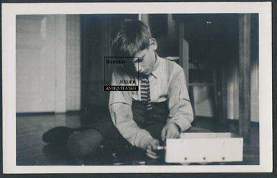 Foto ca. 1940 Knabe spielt mit Metallbaukasten Tiny Boy w Metal Model Kit