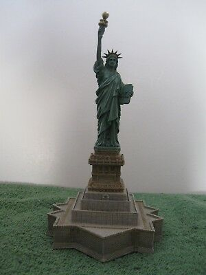 "Harbour Lights #438 ""THE STATUE OF LIBERTY"" New, In excellent condition,with COA"