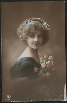 e1291)    EARLY 1900's  POSTCARD BY E.A. SCHWERDTFEGER -   YOUNG GIRL - FLOWERS