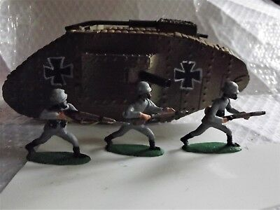 54mm WW1 MK 4 English tank in German Service with 3 soldiers