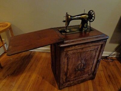 Singer Sewing machine in oak cabinet early 1900`s  199$