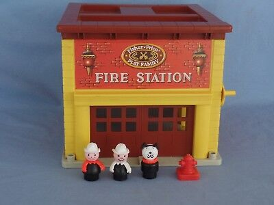 Vintage Fisher Price Play Family FIRE STATION firemen dog hydrant Door Bell WORK