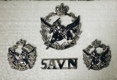 Australian Army, 5th Aviation Regiment hat collar badge pair and metal title