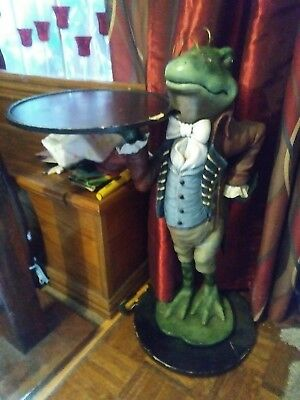 Butler frog statue with tray