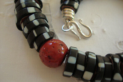 Silbersamt Unikat - Black-White-Red Glass & Sherpa Coral Tradebeads