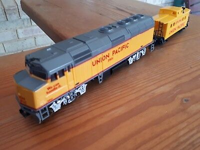 Life-Like EMD F40PH diesel loco. Union Pacific. HO scale. + caboose
