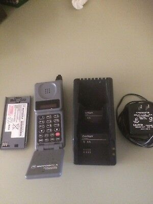 Motorola Flip phone- Cellilar One - with charger