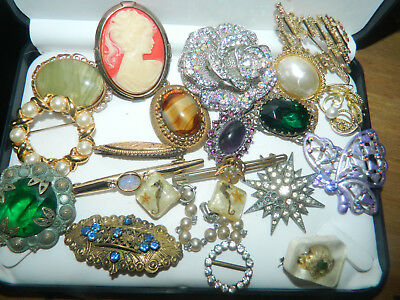 Job lot of vintage jewellery mostly brooches