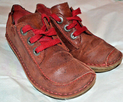 A stunning pair of CLARKS Artisan red shoes in great condition Size 3 UK