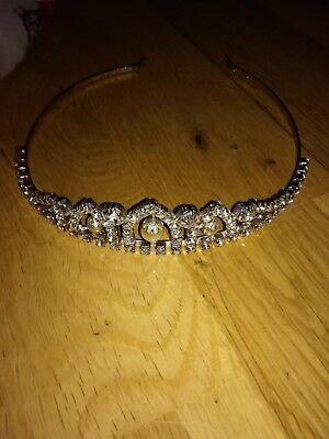 Beautiful tiara,great quality.very sturdy and clasic style