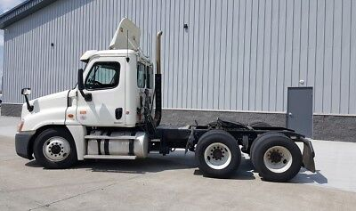 2011 Freightliner Cascadia 125 Daycab LOW MILES!