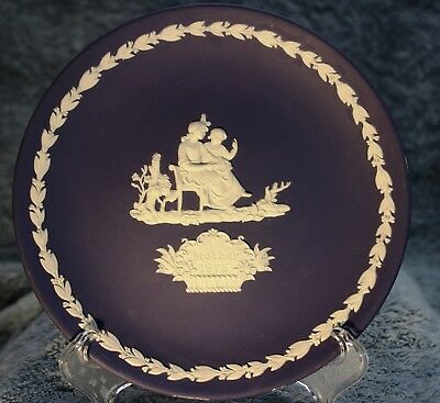 Wedgwood-Jasperware-1975 Mothers Day Collectors Plate