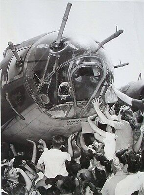 WW2 Photo WWII US War Workers Sign B-17 Memphis Belle Nose 1943 USAAF   / 1238