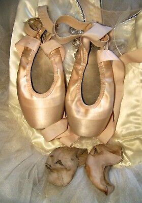 Lot 4: Gaynor Minden pointe shoes & toe pads ballerina very used dance authentic