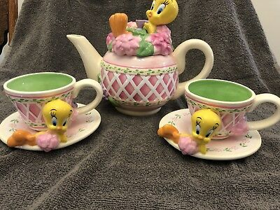 WARNER BROS. Looney Toons Tweety Bird Garden Teapot 2 Cups and Saucers