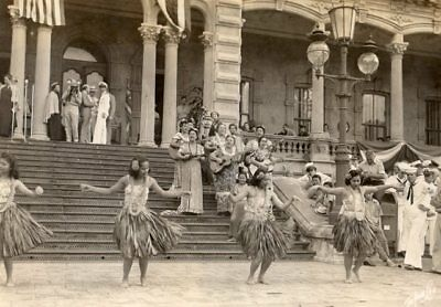 Rare Tai Sing Loo Glossy Photo of Dancers in front of ʻIolani Palace