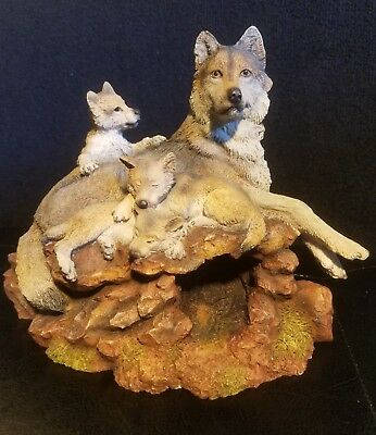 A Wolf's Pride The Hamilton Collection Wolf and Pups Sculpture Mint.