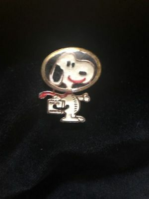 Rare 1969 Peanuts Snoopy Astronaut Glass Space Helmet Enamel Pin