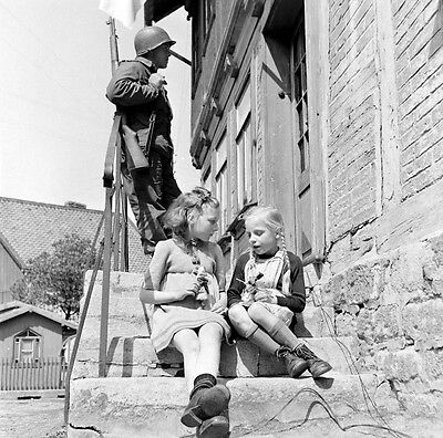 WW2 Photo WWII  US Soldier German Children  Harz Mountains Germany 1945 / 1489