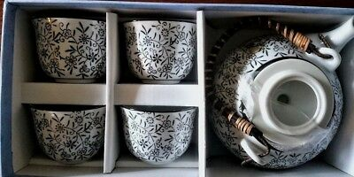 New in Box Black and White Daisy Tea Set Teapot w/ Bamboo Top Handle