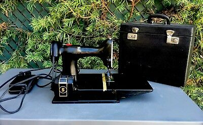 1945 221 Singer Featherweight Sewing Machine & Case AG540695