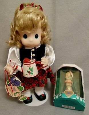 PRECIOUS MOMENTS HOLLY DECEMBER GARDEN of FRIENDS with Doll Stand + BONUS